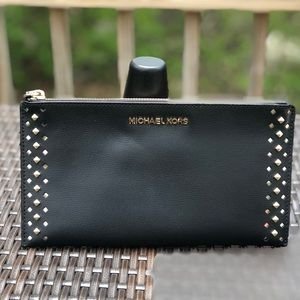 MICHAEL KORS ZIP CLUTCH/WRISTLET
